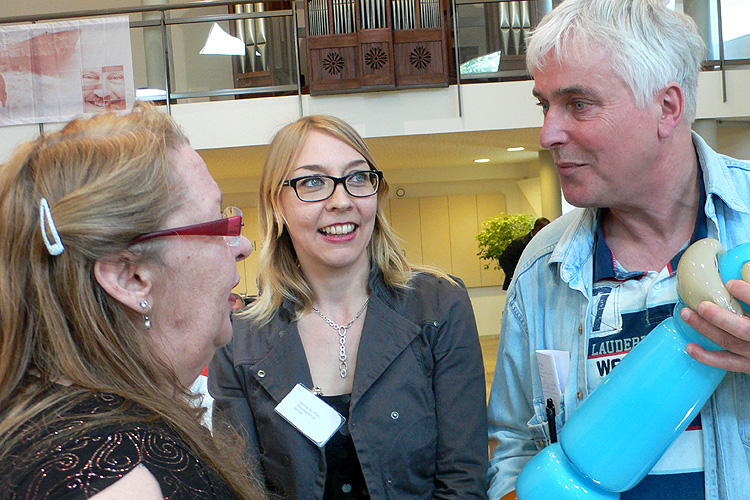 Jurylid Siska Barelds (links) in gesprek met prijswinnaar Helma du Pont en een van de ambassadeurs van steungezin.nl