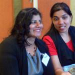Shanta Bhikharie (links) van Stichting Savo met een lid van de achterban