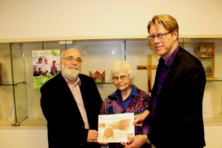 Hans Goosen en Therese Steur van de Rotterdamse Sociale Alliantie (Rosa) met jurylid Pieter Hartevelt