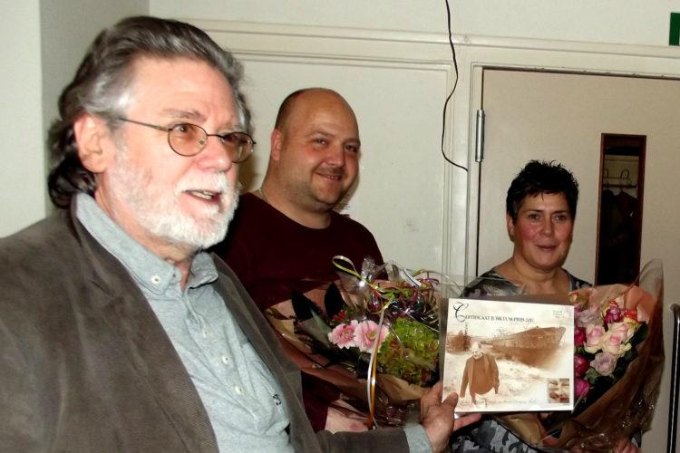 Jurylid Hub Crijns overhandigt de prijs aan Stephan en Monique van Baaren