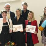 Nora Kasrioui (met hoofddoek), winnaar van de Ab Harrewijn Prijs 2018