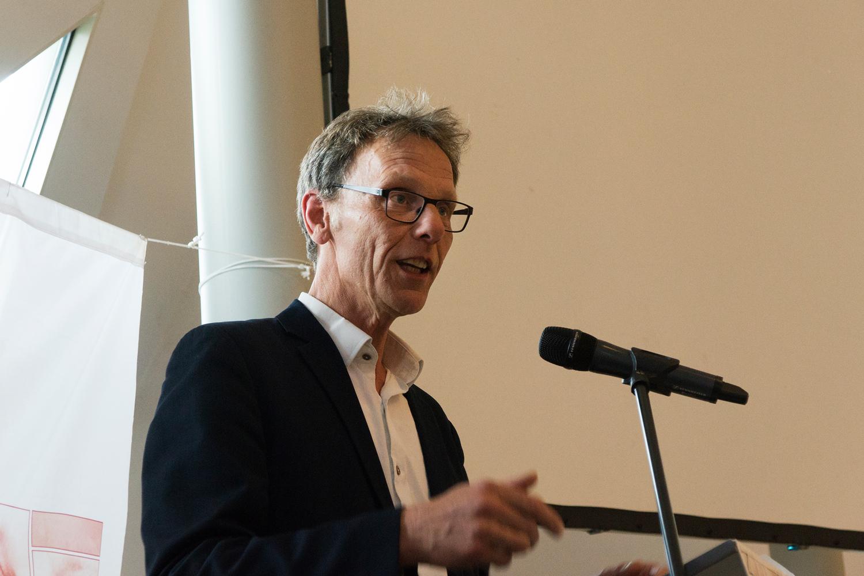 Juryvoorzitter Kees Vendrik maakt de winnaar bekend