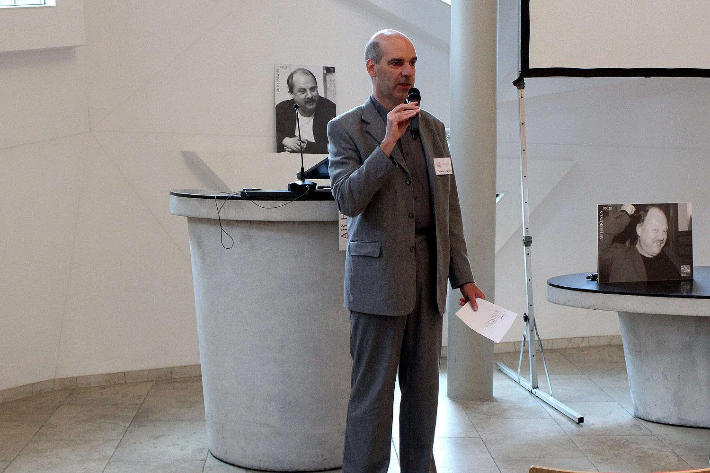 Jurysecretaris Christian Jongeneel heet publiek in de zaal en op afstand welkom